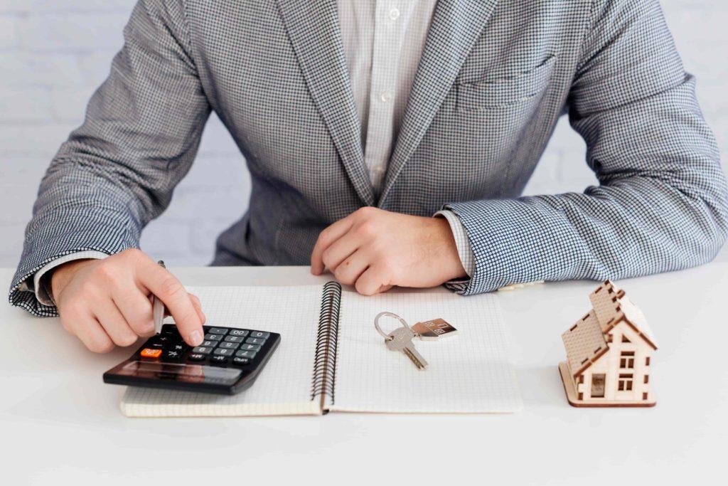 Photo d'un homme faisant des calculs sur une calculatrice